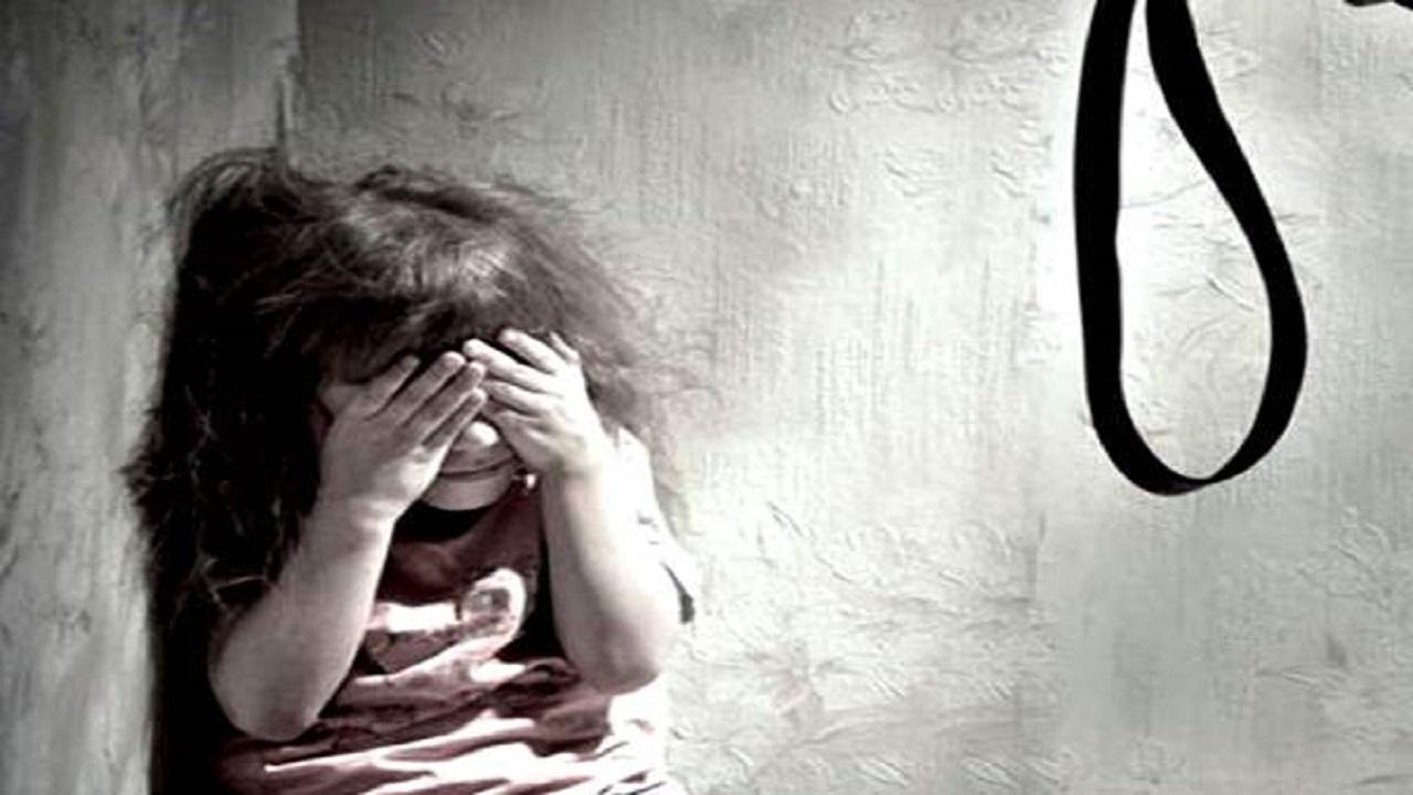 رجل يقتل ابنته بمساعدة زوجته