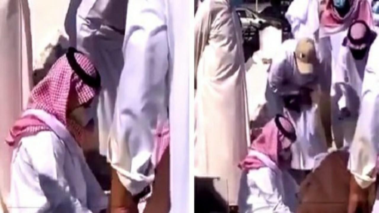 شاهد..انهيارالفنان راشد الماجد أمام مقبرة والدته