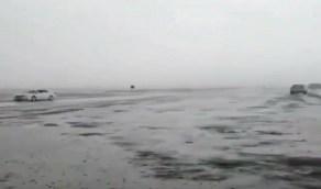 شاهد..لحظة هطول أمطار غزيرة بينبع