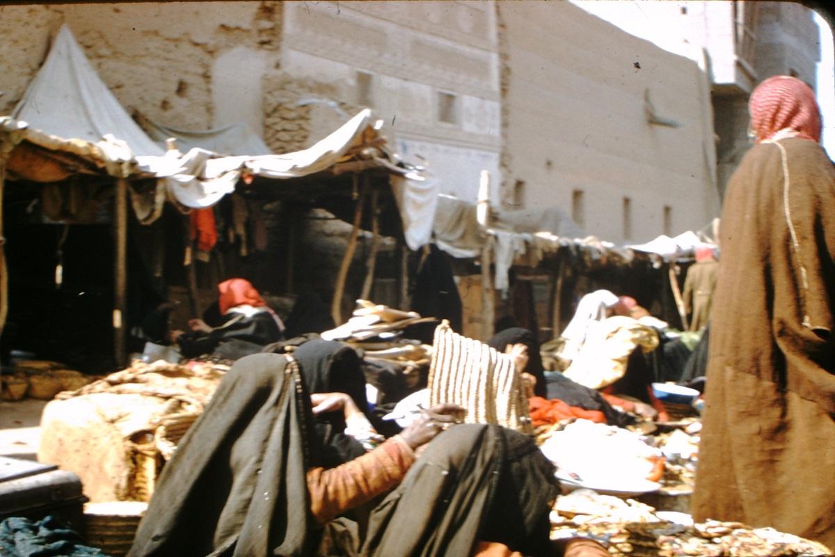 صورة لأحد الأسواق في الرياض قبل 69 عام
