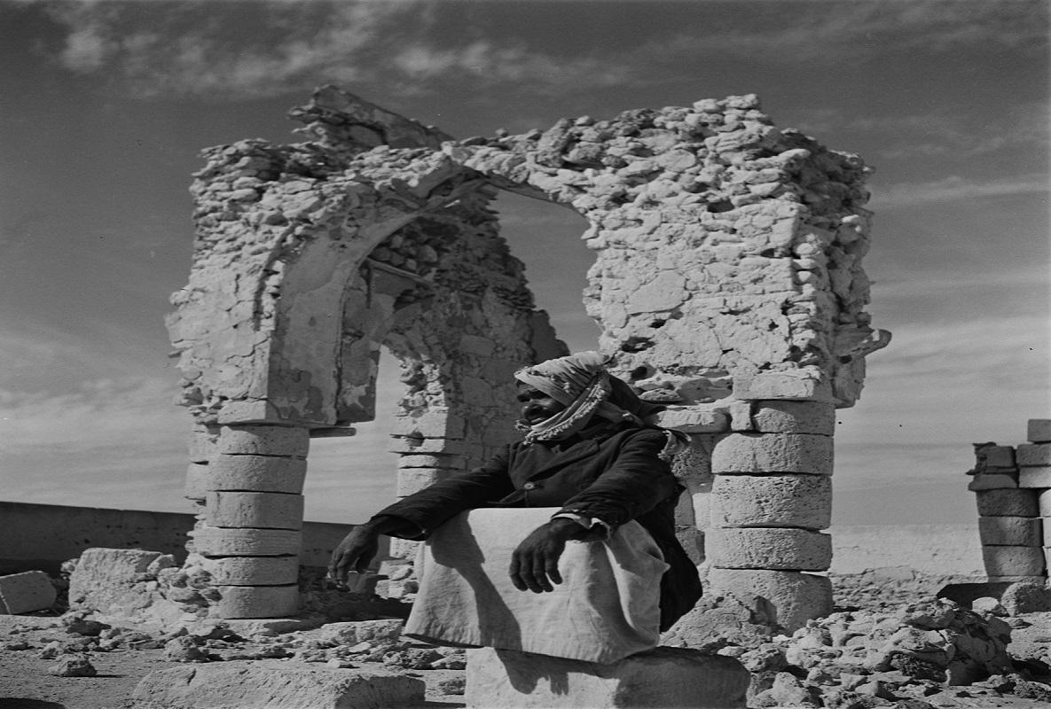 صورة جميلة لرجل يجلس على كتلة حجرية بالشرقية منذ 67 عام