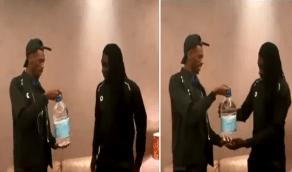 """بالفيديو.. محمد كنّو يُهدي """"قوميز"""" ماء زمزم بعد ذهابه إلى مكة"""