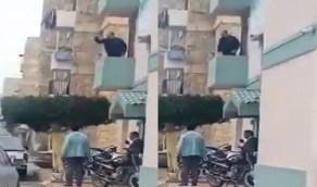 """بالفيديو.. مسؤول مصري يعتدي على امرأة ويهينها: """"هديكي بالجزمة"""""""