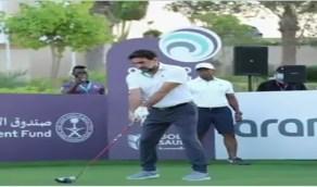 بالفيديو.. أول لاعب في المملكة محترف في لعبة الغولف