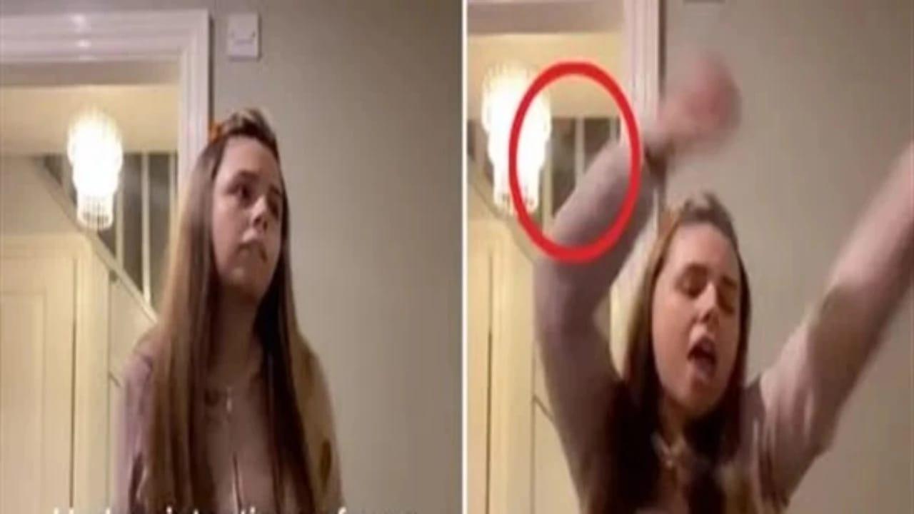 فتاة تكتشف وجود شبح خلفها أثناء نظرها إلى المرآة (صورة)