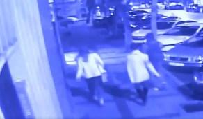 بالفيديو..تركي يهاجم 3 سياح ويستفرد بامرأة منهم