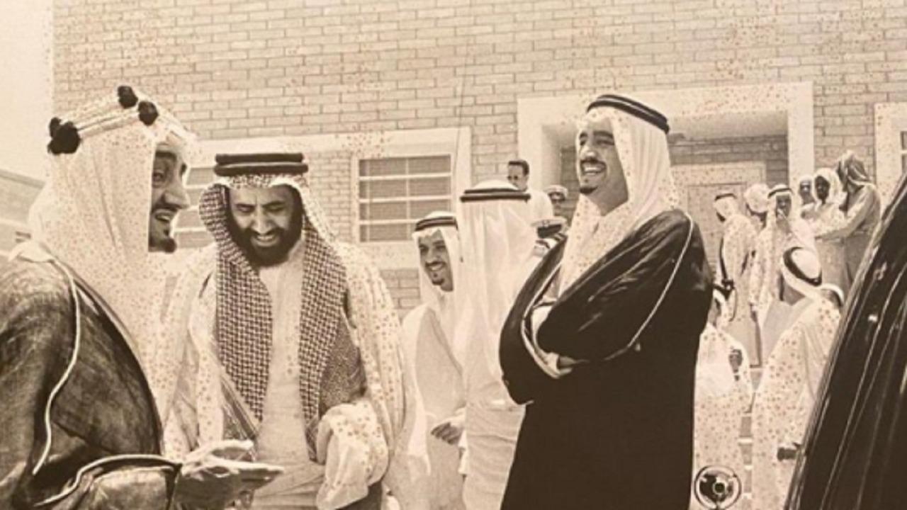 صورة نادرة للملك فيصل والملك فهد أثناء زيارة الملك سعود لمستشفى الظهران