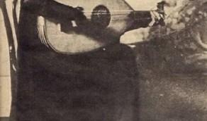 صورة جميلة لأم كلثوم ممسكة بعود وتغني منذ 94 عام