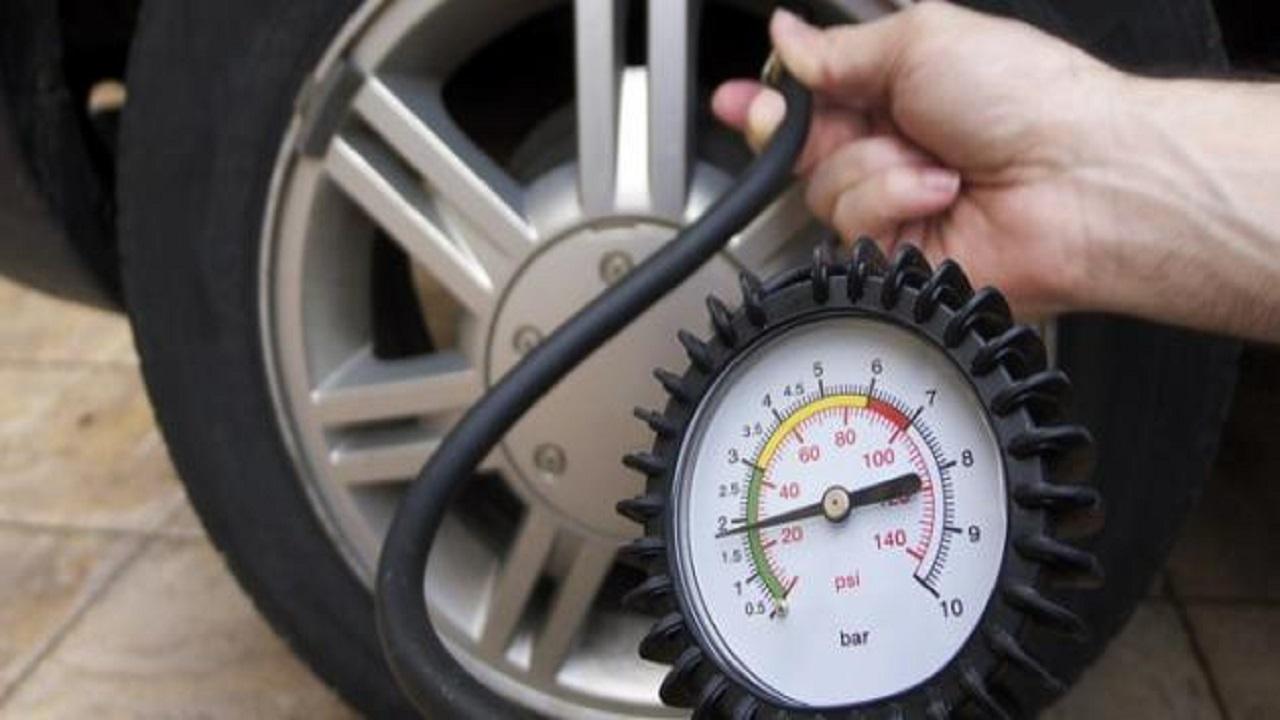خطأ شائع يقع به معظم السائقين بشأن ضغط الإطارات