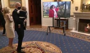 """بالفيديو.. رقصة طريفة لـ """"بايدن"""" مع حفيده الرضيع"""
