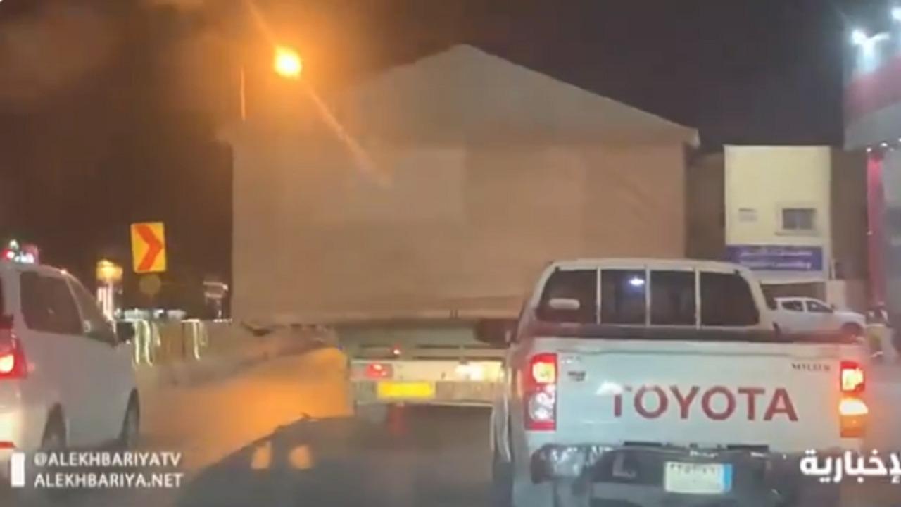 بالفيديو.. شاحنة تحمل خيمة كبيرة في شوارع الرياض بطريقة مخالفة