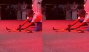 """بالفيديو.. مروض الثعابين بعد تعرضه للدغة: """"هذه المرة الخامسة"""""""