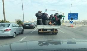 """صورة صادمة لتكدس عمالة داخل سيارة نقل صغيرة و """"المرور"""" يتفاعل"""