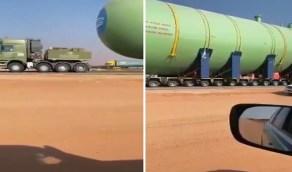 شاهد .. شاحنة تحمل خزان فولاذي ضخم لنقل الغاز المسال في المملكة