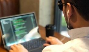بالفيديو.. كفيف يتحدى إعاقته ويتعلم برمجة الكمبيوتر ويدرب المكفوفين
