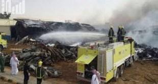 """شاهد..  الدفاع المدني يباشر حريقاً هائلاً في مستودعات على طريق """" الرياض - الخرج """""""