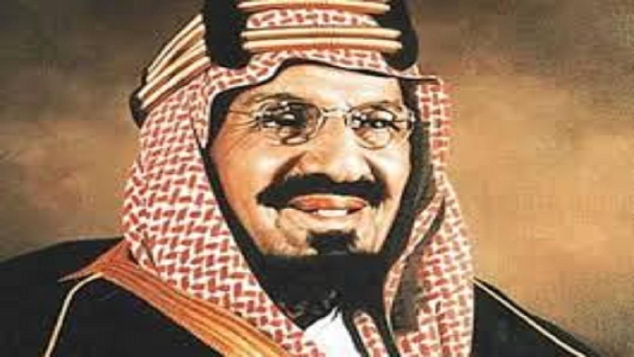 صورة نادرة للملك عبدالعزيز أثناء توقيعه في سجل الجامعة العربية أثناء زيارته لمصر