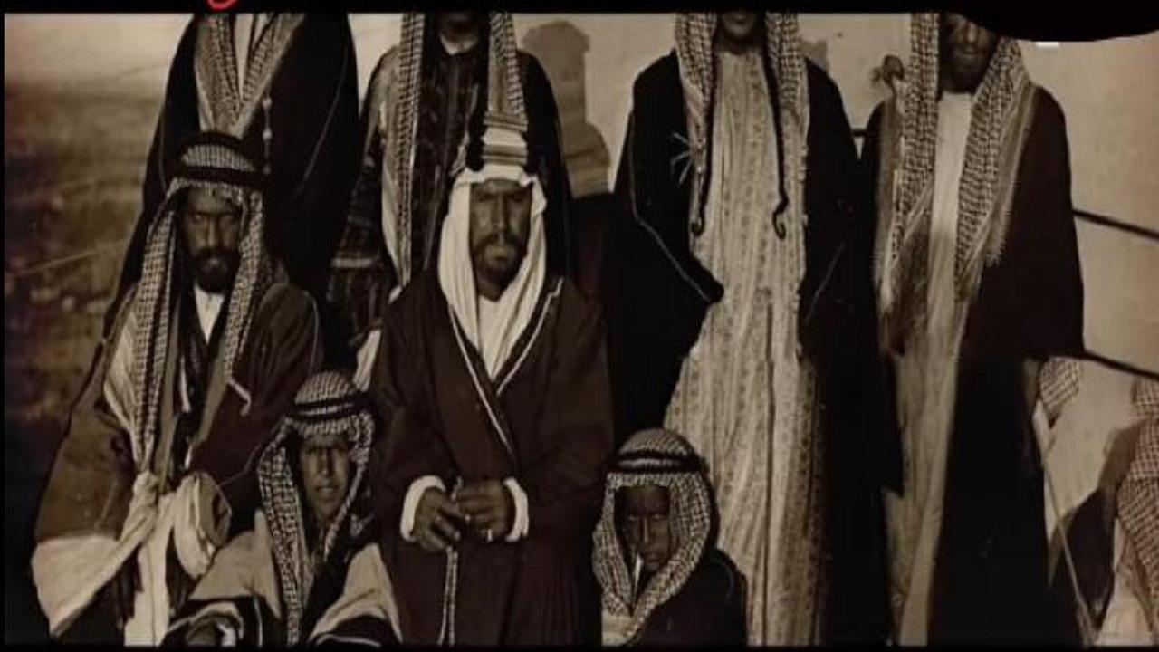 صورة نادرة الملك عبدالعزيز برفقة الأمير المصطفق من القرن الماضي