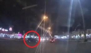 شاهد.. قائد مركبة كاد يتسبب في حادث مروع بعد تهوره عند إشارة مرورية