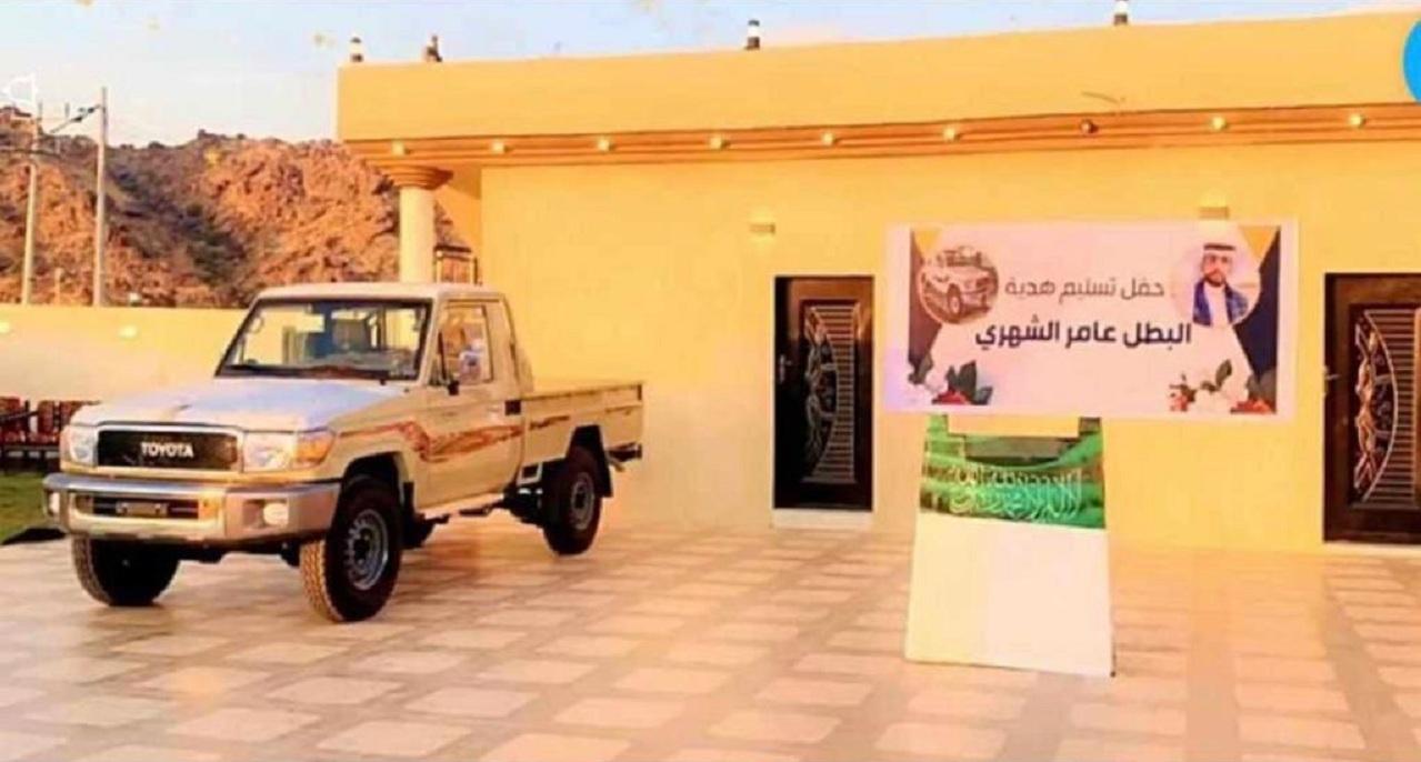 شاهد.. قبائل ثربان تهدي منقذ طفل وادي أعشار سيارة شاص