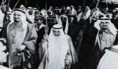 صورة نادرة للملك خالد والشيخ صباح السالم أثناء قيامهما بأداء العرضة