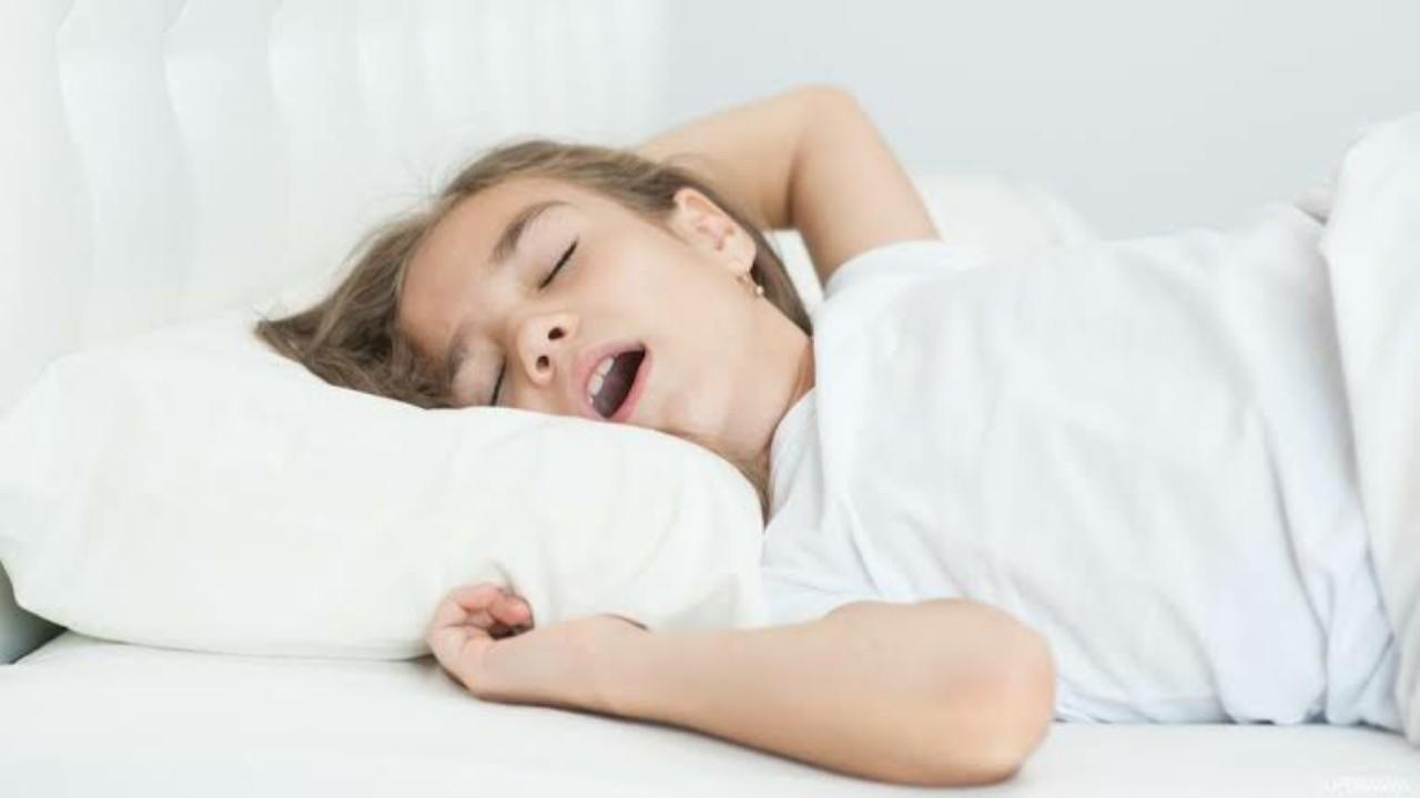 استشاري يوضح أسباب الشخير المتكرر وتقطع التنفس أثناء النوم (فيديو)