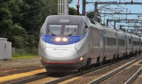 رجل يتجول عاريًا ويدفع الركاب أسفل عجلات القطار