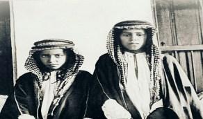 صورة نادرة للأمير تركي الأول برفقة فقيه آل سعود