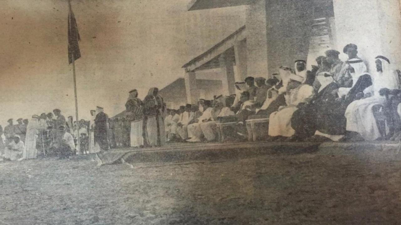 صورة نادرة للملك سعود وهو يستعرض الجيش بالمنصة الملكية
