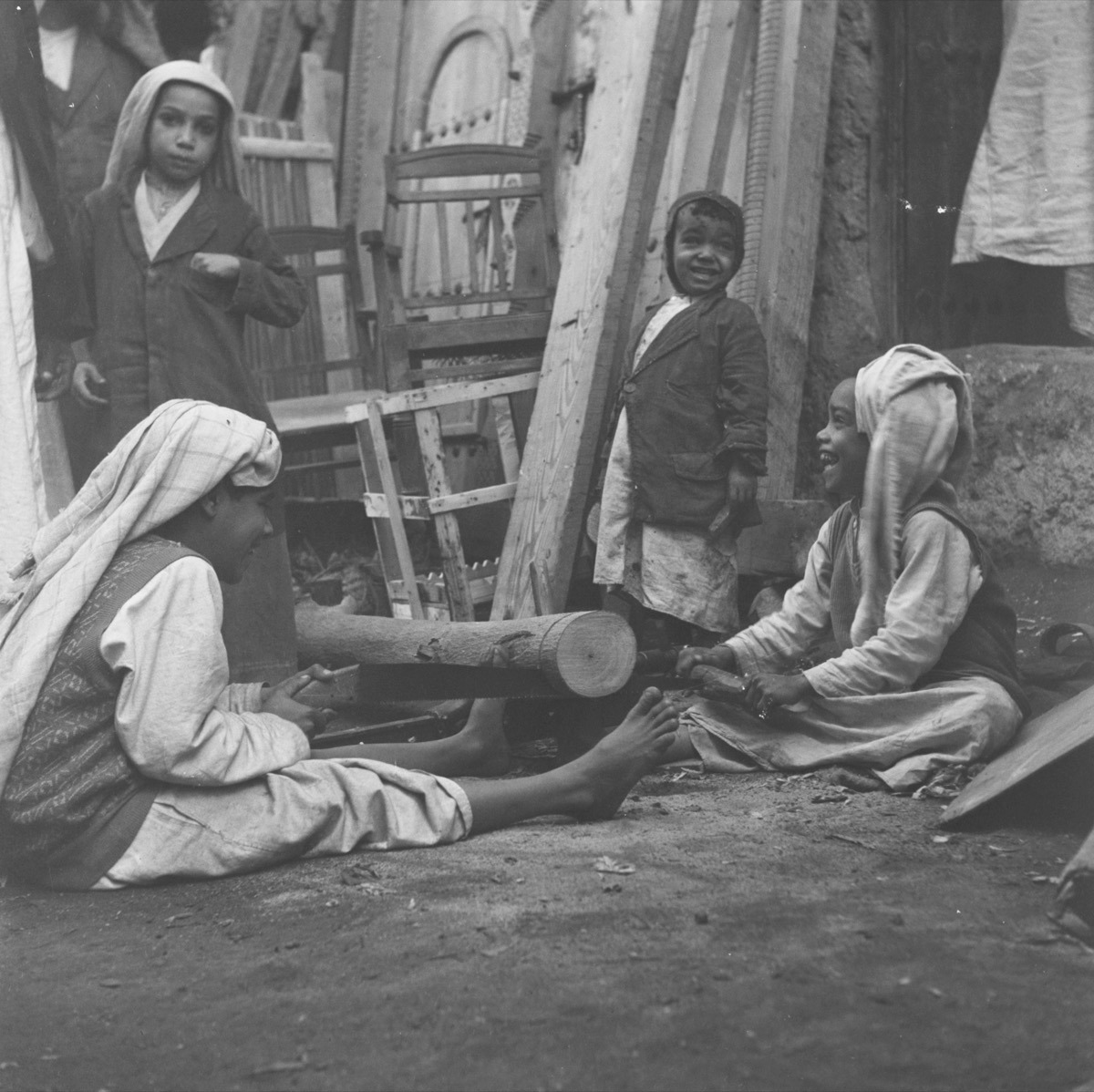 صورة مليئة بالبهجة لصبيان في المنطقة الشرقية منذ 67 عام