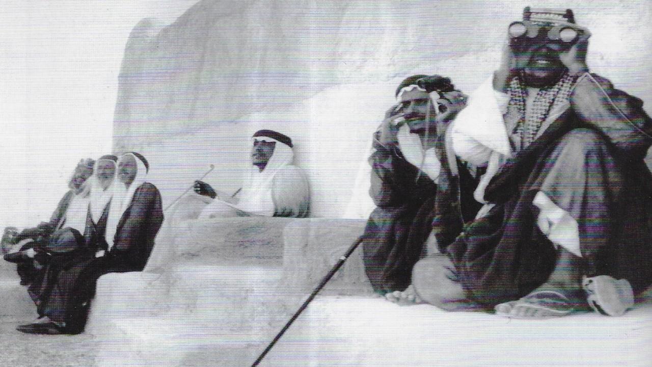 صورة نادرة تظهر الملك عبدالعزيز والملك سعود أثناء مشاهدة سباق للخيل بالرياض