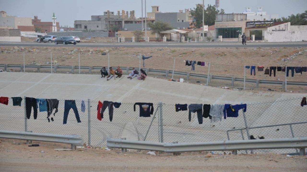 بالصور.. عمال يحولون أنفاق مجاري السيول شرق جدة إلى مساكن ومنازل
