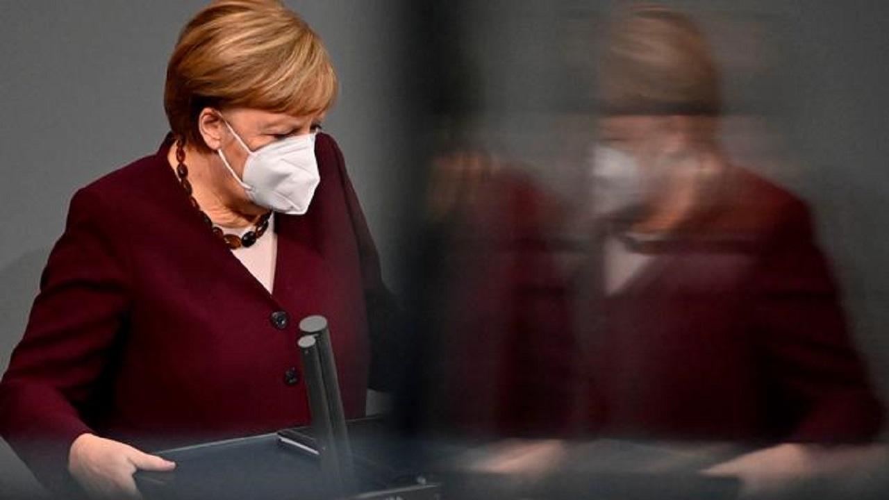 """مسؤول يلعب """" كاندي كراش """" في اجتماعات ميركل عن الجائحة"""