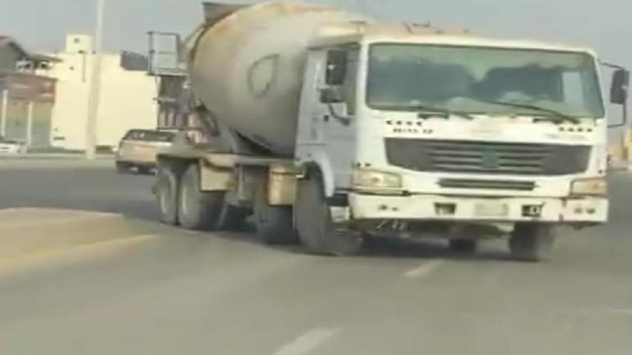 شاهد.. قائد شاحنة متهور عكس السير بطريقة جنونية بجدة والمرور يتفاعل
