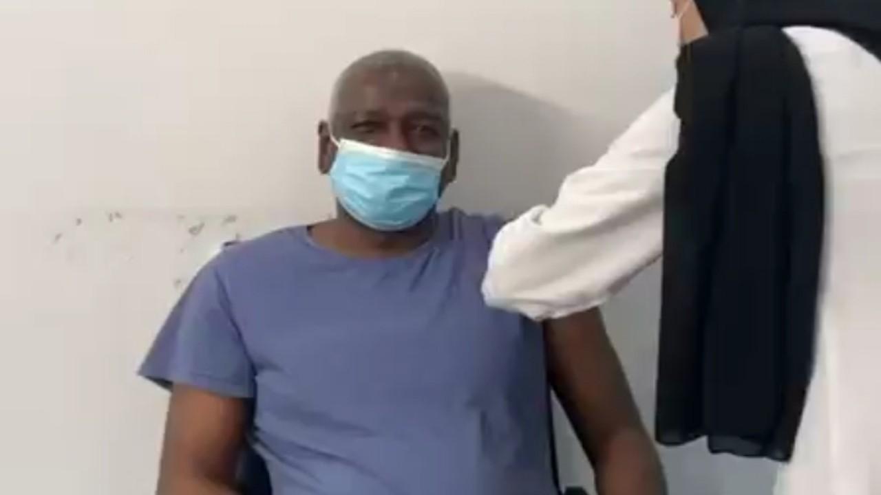 بالفيديو.. ماجد عبدالله يتلقى لقاح فيروس كورونا