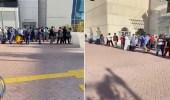 سبب انتظار الوافدين في طوابير أمام مركز تجاري بالخبر
