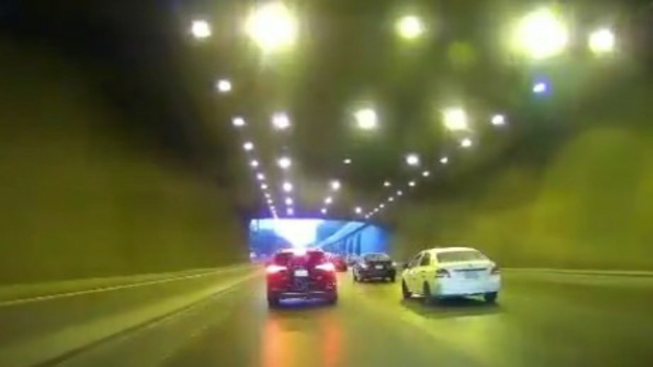 شاهد.. متهور يسير بسرعة عالية ويراوغ بين المركبات في الرياض