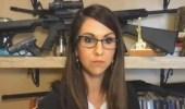 بالفيديو.. نائبة جمهورية تستعرض أسلحة خلفها في اجتماع رسمي