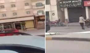 بالفيديو .. شخص يطلق النار على أشخاص تحرشوا بزوجته في أحد الشوارع