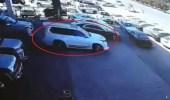 شاهد.. لص يسرق مركبة من معرض سيارات في الرياض