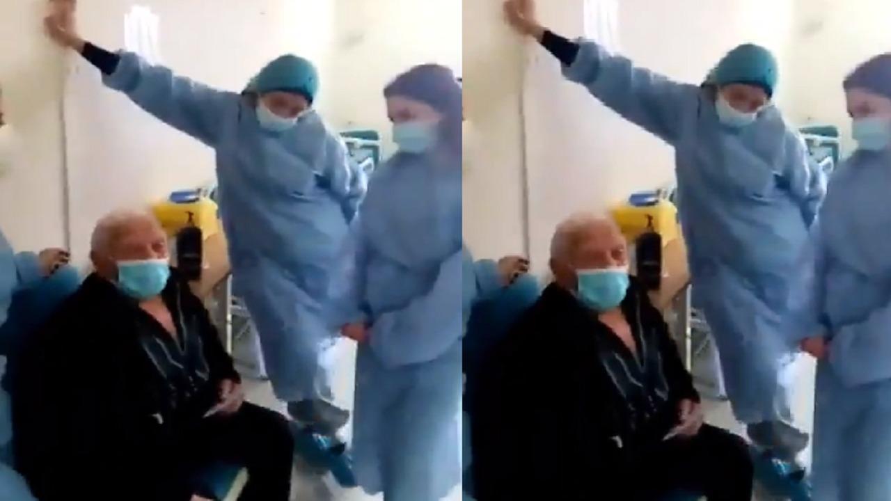 بالفيديو.. مسن يشكر الطاقم الطبي بأغنية طربية بعد تلقيه لقاح كورونا
