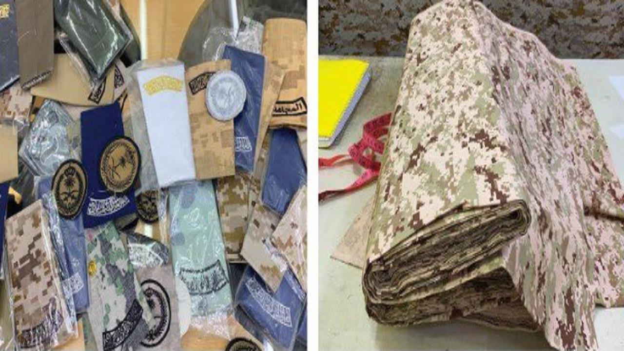 ضبط 30 بدلة عسكرية و800 قطعة من الأنواط والشعارات المخالفة بالخرج
