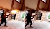 بالفيديو..شاب يتباهى بإطلاق الرصاص من سلاح رشاش بحي سكني في الرياض