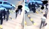 بالفيديو..شاب يتحرش بفتاة ويدفعها أمام المارة بحفر الباطن