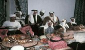 صورة قديمة للملك سعود في حفل عشاء مع الشيخ مقحم بن مهيد