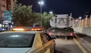القبض على سائق «وايت» صرف صحي أفرغ القاذورات بأحد شوارع جدة