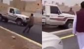 شاهد..مفحط يهرب ويحاول دهس رجل أمن بالرياض أثناء استيقافه