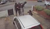 بالفيديو.. هجوم عنيف على سيارة امرأة وتكسير زجاجها أمام منزلها