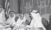صورة نادرة لحديث ودي بين الملك فهد وأخيه الأمير نواف والشيخ حافظ وهبة