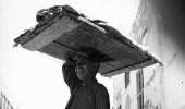 ابتسامة ساحرة لبائع متجول صغير السن في جدة قبل 75 عام